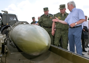 Designer Kashin Shows Shoygu the Iskander-M (photo: Mil.ru)
