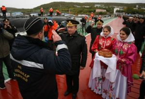 Navy CINC Salutes Nevskiy's Commander (photo: Pressa-tof.livejournal.com)