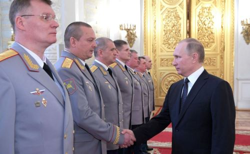 Putin greets General-Lieutenant Zavizon (photo Kremlin.ru)